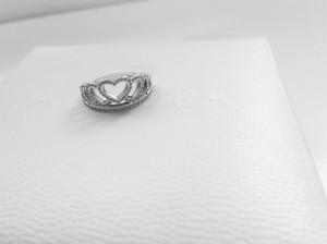 L'anello visto da vicino. La giornata è buia e non permette foto che ne esaltino la luminosità, ahimé. La scatola nello sfondo è quella del bracciale.